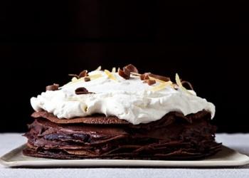 Šokolādes pankūku torte ar putukrējumu