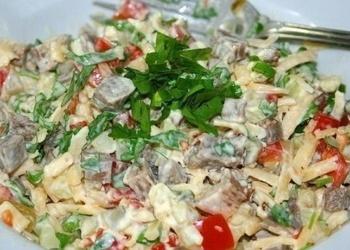 Liellopu gaļas salāti ar tomātiem, marinētiem gurķiem un sieru
