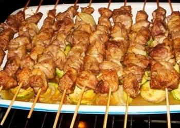 Krāsnī cepts vistas gaļas šašliks ar kartupeļiem