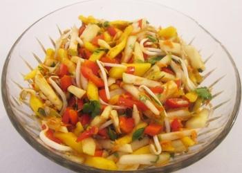 Svaigu dārzeņu salāti ar augļiem