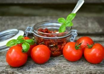 Apkaltēto tomātu pesto