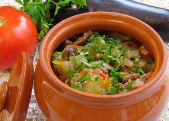 Vārīta jēra gaļa ar dārzeņiem māla podiņos