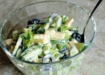 Gurķu salāti ar olīvām un sieru