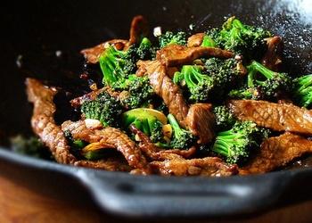 Liellopu gaļa ar brokoļiem sojas mērcē