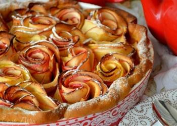Ābolu pīrāgs ar rozītēm