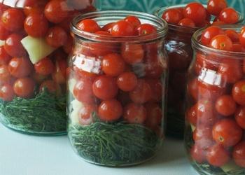 Marinēti tomāti ķiršu tomāti ar rozmarīnu