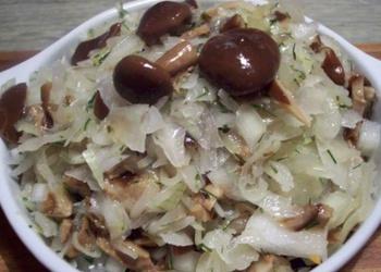 Sēņu un skābētu kāpostu salāti