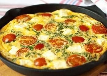 Omlete ar tomātiem un Parmas sieru