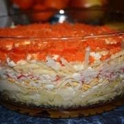 Olu salāti ar krabju nūjiņām, burkāniem un sieru