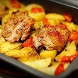 Kefīrā marinētas vistas gaļas sacepums ar kartupeļiem, garšvielām un ķiplokiem