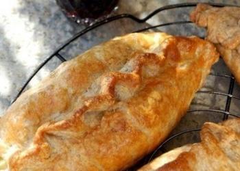 Pīrādziņi ar kartupeļiem, skābētiem kāpostiem un sieru