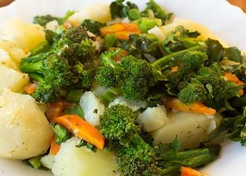 Brokoļu sautējums ar kartupeļiem