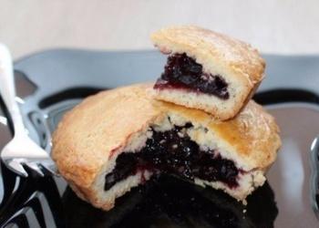 Ароматные пирожки с вишневым вареньем