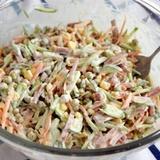 Ķīnas kāpostu salāti ar kūpinātu desu un dārzeņiem