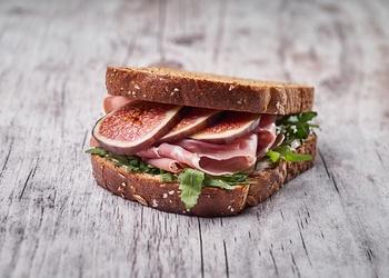 Šķiedrvielām bagāts sendvičs ar prošuto un vīģēm