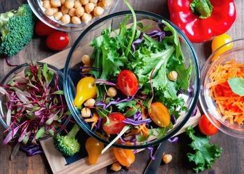 Pieci svaigi un sātīgi salāti pārgājienam dabā