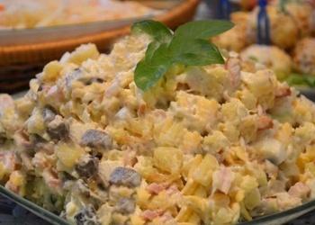 Kūpinātas vistas salāti ar sēnēm
