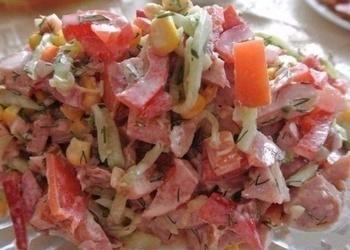 Gurķu salāti ar tomātiem un kūpinātu vistas gaļu