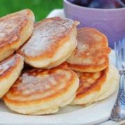 Pufīgās kefīra un ābolu pankūkas