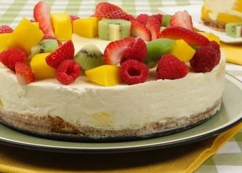 Saldēta jogurta torte ar augļiem