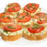 Siera maizītes ar tomātu šķēlītēm
