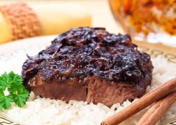 Jēra gaļa ar žāvētā plūmēm (arābu ēdiens)