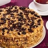 Kondensētā piena – medus kūka ar žāvētām plūmēm