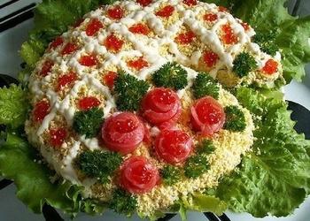 Mazsālītas foreles salāti ar garnelēm, olām un gurķiem