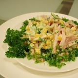 Konservētas kukurūzas salāti ar sēnēm, gurķiem un šķiņķi