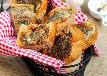 Ķiploku maizītes ar papriku un Parmas sieru