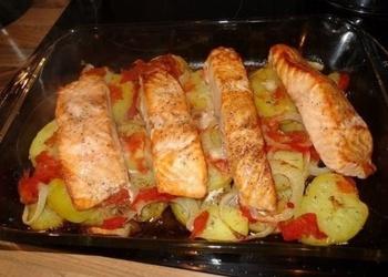 Krāsnī cepta laša fileja ar kartupeļiem