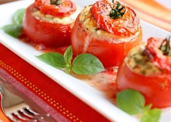 Ar šķiņķi un olām pildīti tomāti