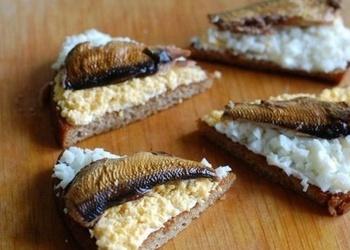 Ķiploku grauzdiņi ar šprotēm un olām
