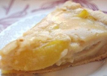 Skābā krējuma – persiku kūka ar smilšu mīklu