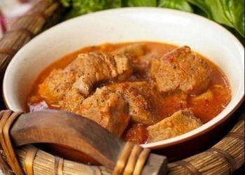 Sautēta teļa gaļa ķiploku-tomātu mērcē