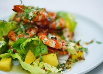 Garneļu, avokado un ķirbju salāti