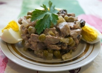 Garšīgie vārītas liellopu gaļas mājas salāti
