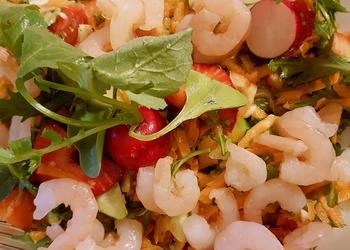Garneļu, rukolas un zemeņu salāti