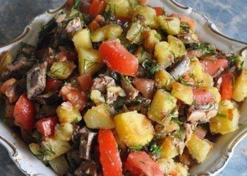 Šprotu salāti ar kartupeļiem un tomātiem
