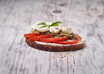 Šķiedrvielām bagātā sviestmaize ar tomātiem un mocarellu