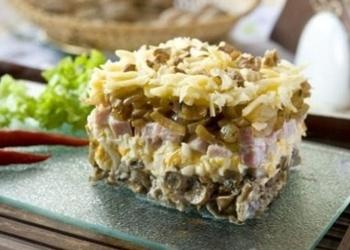 Vārītas cūkgaļas salāti ar sieru un dārzeņiem