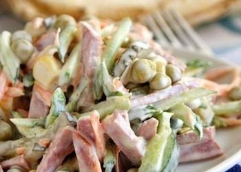 Dārzeņu salāti ar desu