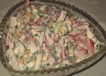 Paprikas salāti ar šķiņķi, gurķiem un kūpinātu sieru