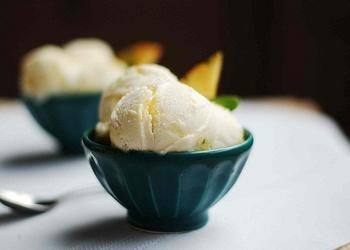Pikantais saldējums ar kanēli, ingveru un krustnagliņām