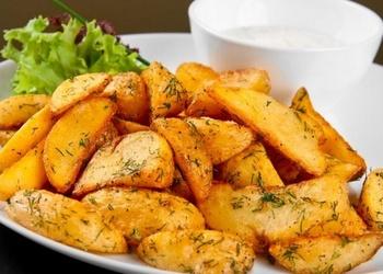Cepti kartupeļi ar dažādiem garšaugiem