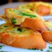 Krāsnī ceptas maizītes ar ķiplokiem un sieru