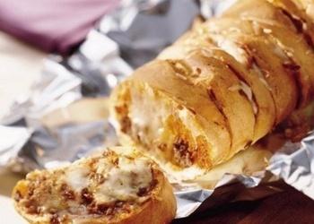 Фаршированный багет с курицей, сыром и шампиньонами