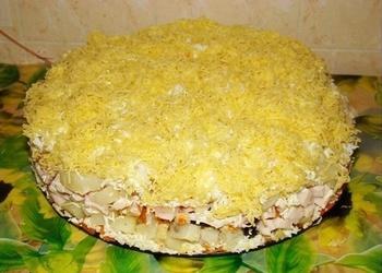 Kūpinātas vistas gaļas salāti ar žāvētajām plūmēm un sieru