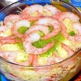 Garneļu-krabju gaļas salāti ar sarkanajiem sīpoliem