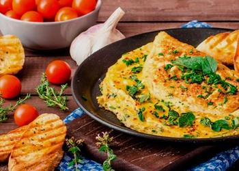 Maigā omlete ar sieru un saldo krējumu
